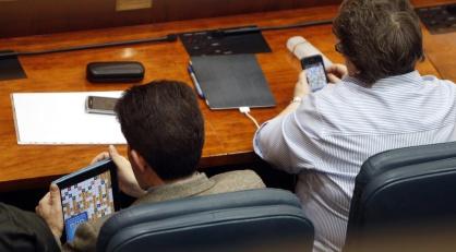 Dos diputados jugando a Apalabrados en la Asamblea durante sesión de Aprobación de Ley de Acompalamiento. Tomada de el diario El País (Álvaro García)