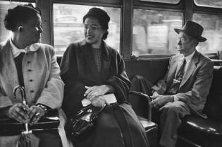 Rosa Parks sentada en un autobús público
