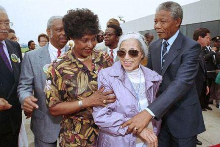 Winnie y Nelson Mandela saludan a Rosa Parks en Detroit. Nelson Mandela, que acababa de ser liberado de prisión estaba de de gira en los Estados Unidos. 28 de junio de 1990