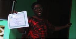 La misionera Paciencia muestra el documento que certifica que ya no tiene Ébola