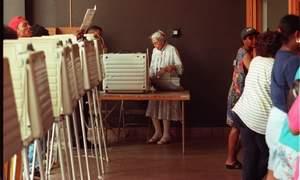 Rosa Parks ejerciendo su derecho al voto (Detroit 1996)